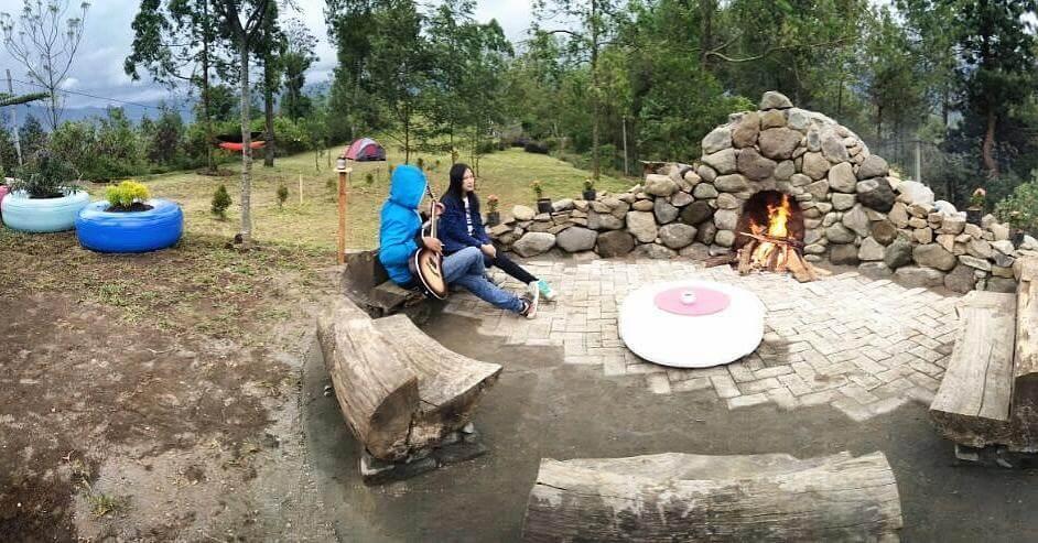 Api unggun di Romantic Camp