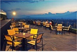 tempat nongkrong malang - Sky Room Oj Hotel Malang